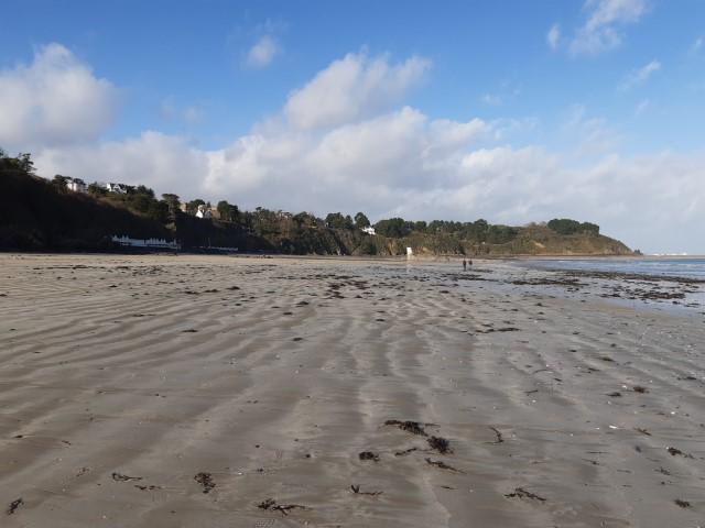 Het brede strand van Étables-sur-Mer aan Côte du Coëlo in Bretagne