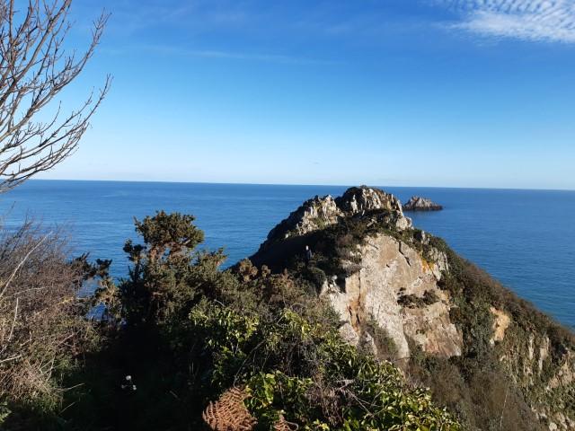 Uitzicht op de oceaan vanaf landtong Le Pommier aan Côte du Goëlo, Bretagne