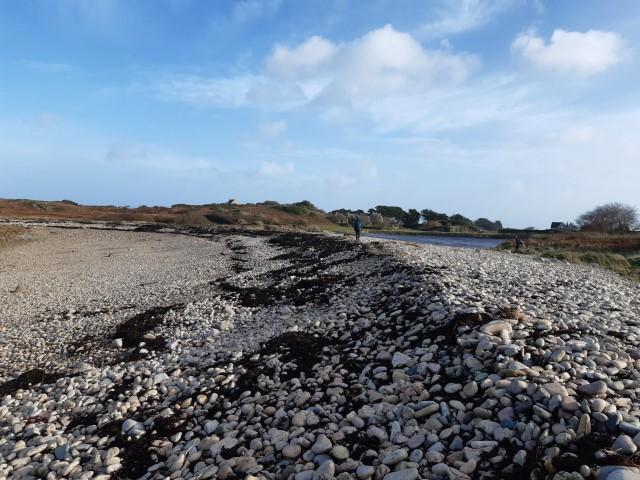 Natuurlijk gevormde dijk op Île Nord van Île de Bréhat in Bretagne aan Côte du Goëlo