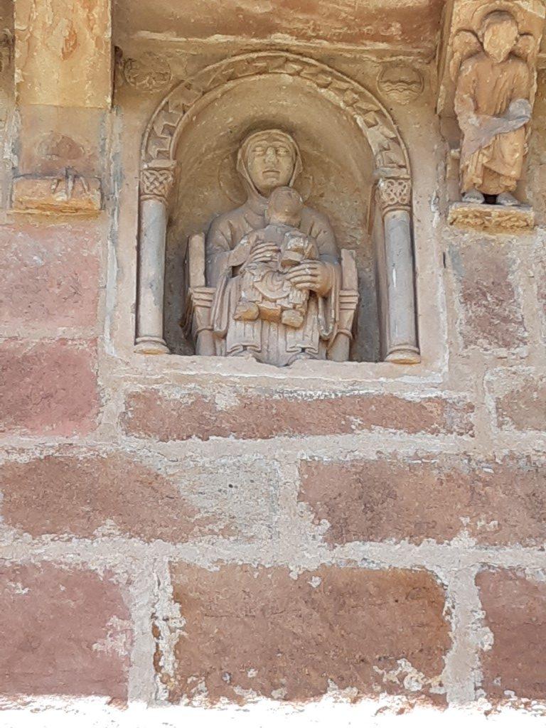 Espalion Aveyron Église de Perse gevelsteen Maria met kind