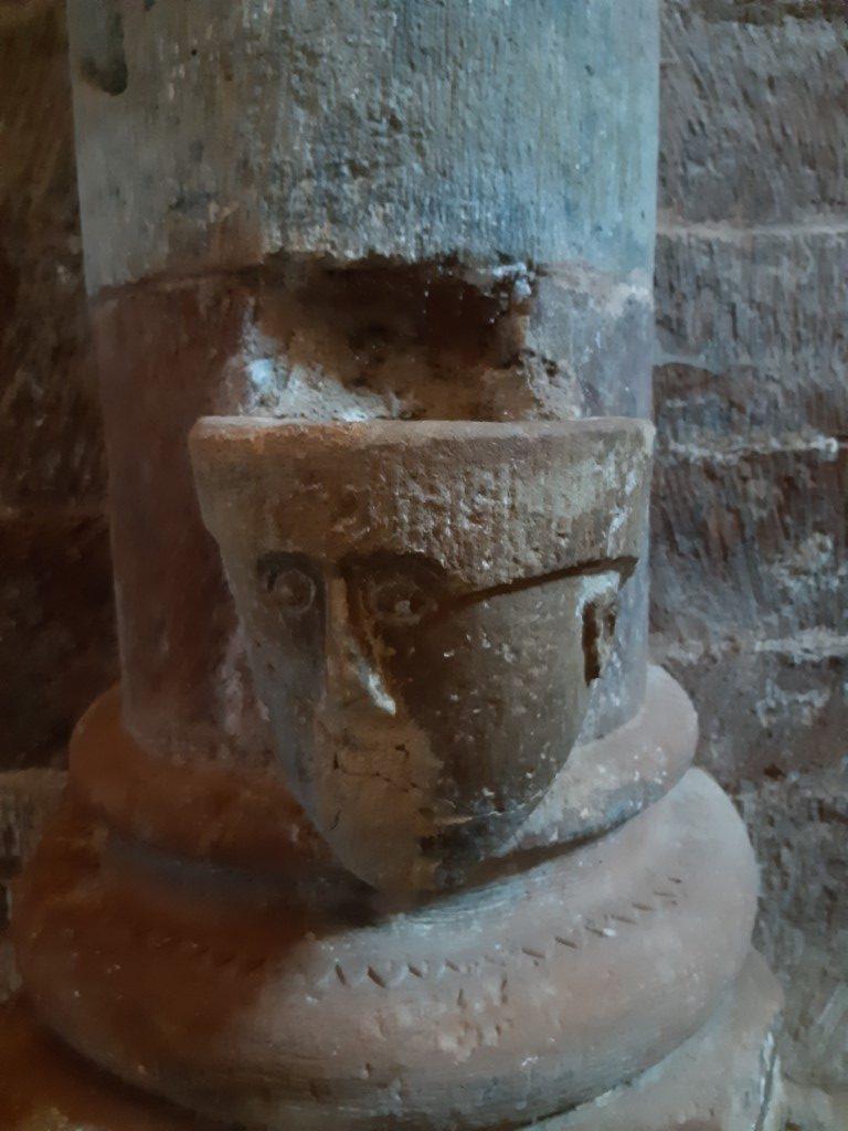 Espalion Aveyron Église de Perse wijwaterbakje