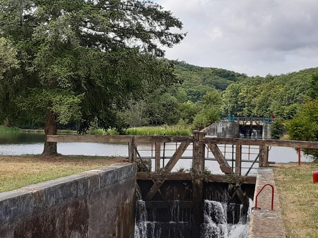 Canal du Nivernais Echelle des 16 écluses sluis 13
