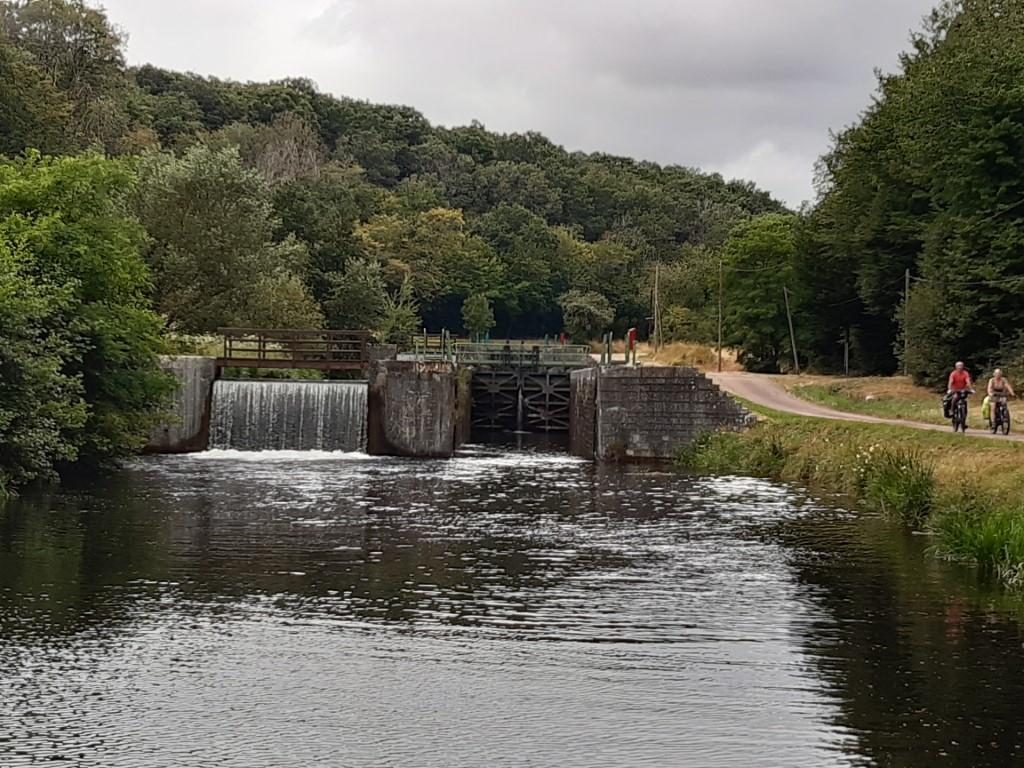 Canal du Nivernais Echelle des 16 écluses sluis met overlaat