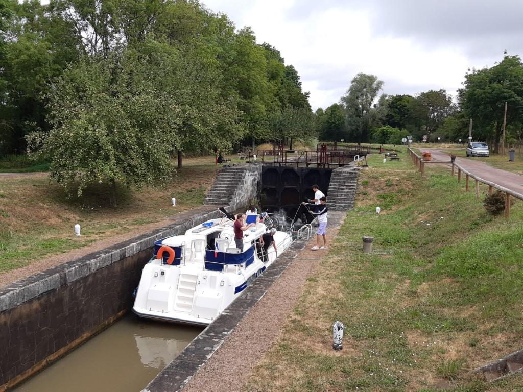 Canal du Nivernais boot wacht voor sluis