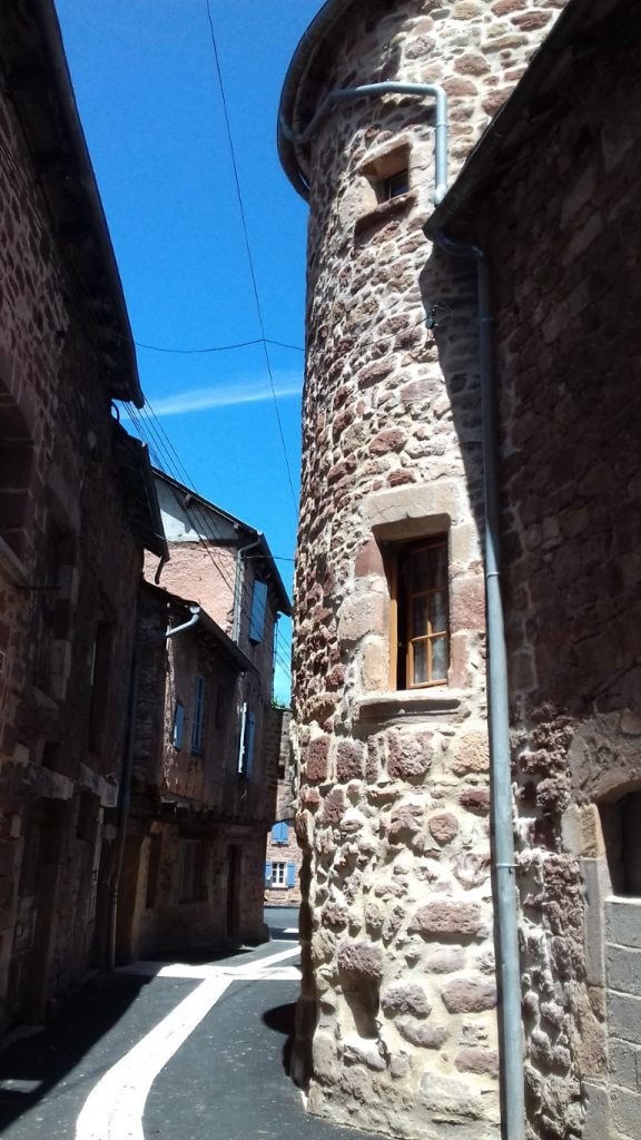 Clairvaux-d'Aveyron smal straatje met toren