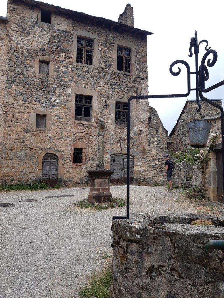 Flaujac Aveyron fort plein met put