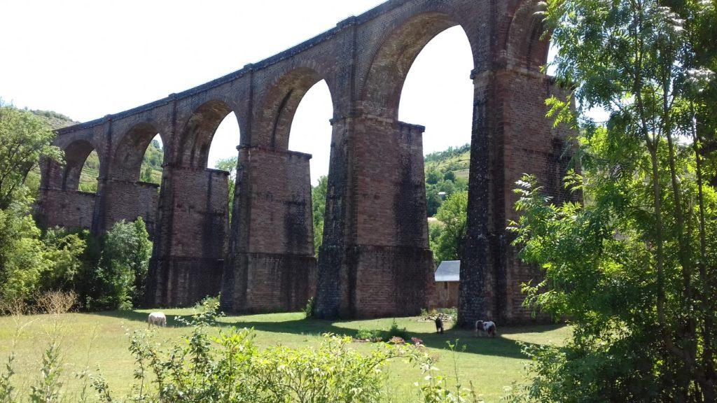 Marcillac Aveyron vallei rivier Ady onder viaduct