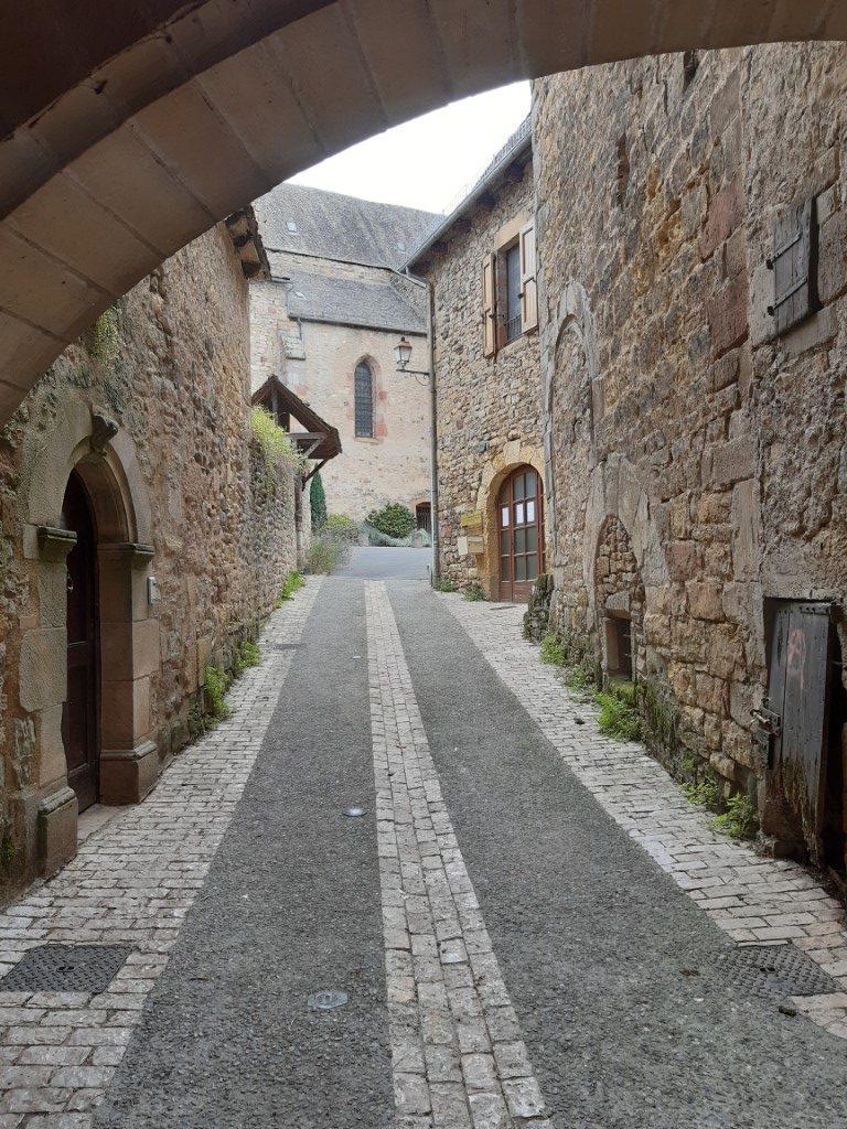 Saint-Côme-d'Olt Aveyron poort onder Maison Pons