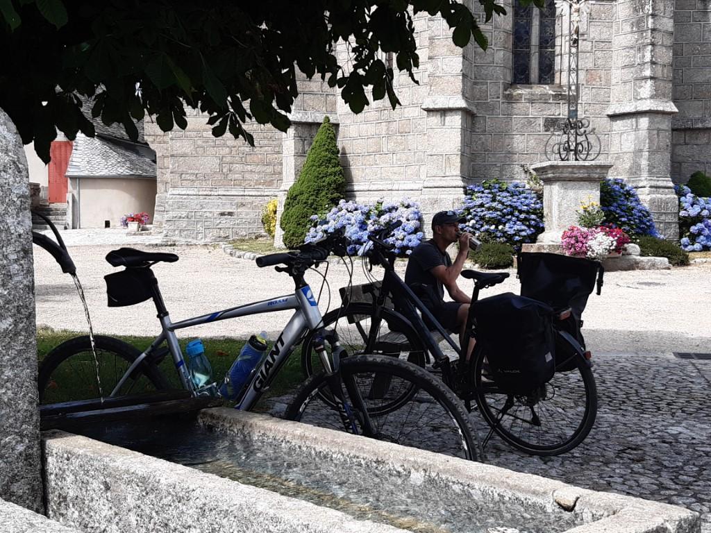 Saint-Symphorien-de-Thénières Aubrac kerkplein